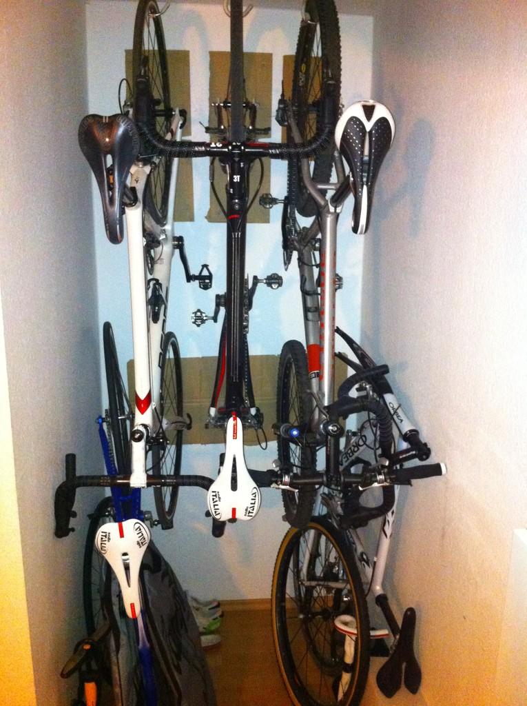 fahrrad aufhangen meine 5 lieblingsraderchen habe ich auf mageren 1 quadratmeter unterbekommen das mtb hange der federgabel wegen dennoch lieber am hinterrad wohnung